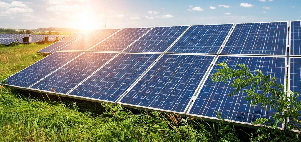 Montaż paneli fotowoltaicznych na gruncie, energia słoneczna